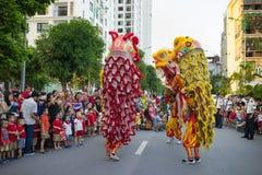 Hanoi, Vietnam - 25 de septiembre de 2015: Una demostración de león de la danza del complejo de la ciudad a veces en mediados de  Imágenes de archivo libres de regalías