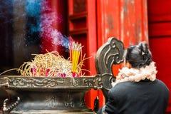 HANOI, VIETNAM - DECEMBER 16, 2016: Een kom wierook dichtbij de tempel Close-up Stock Fotografie
