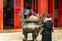 HANOI, VIETNAM - DECEMBER 16, 2016: Een kom wierook dichtbij de tempel Exemplaarruimte voor tekst Royalty-vrije Stock Foto's