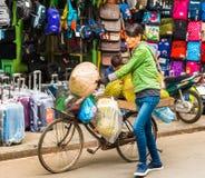 HANOI VIETNAM - DECEMBER 16, 2016: En kvinna säljer durianen i den lokala marknaden Närbild Royaltyfri Bild