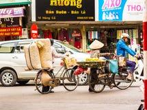 HANOI VIETNAM - DECEMBER 16, 2016: Säljaren av muttrar i den lokala marknaden Kopiera utrymme för text Arkivfoton