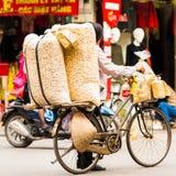 HANOI VIETNAM - DECEMBER 16, 2016: Säljaren av muttrar i den lokala marknaden Närbild Royaltyfri Bild