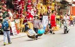 HANOI, VIETNAM - 16. DEZEMBER 2016: Käufer und Verkäufer im lokalen Markt Kopieren Sie Raum für Text Lizenzfreie Stockfotos