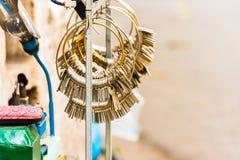 HANOI, VIETNAM - 16. DEZEMBER 2016: Viele Schlüssel in den Bündeln Herstellung von Schlüsseln im lokalen Markt Nahaufnahme Stockbild