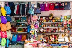 HANOI, VIETNAM - 16 DICEMBRE 2016: Vendita delle borse e dei ricordi i Immagini Stock