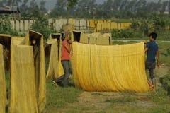 Hanoi, Vietnam: die Pfeilwurzsuppennudeln, die spezielle vietnamesische Nudeln sind, werden auf den Bambuszäunen getrocknet, die  Lizenzfreie Stockfotografie