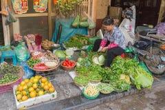 HANOI, VIETNAM - 2 FEBBRAIO 2015: Mercato nel Vietnam fotografia stock