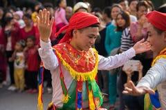 Hanoi, Vietnam - 5. Februar 2017: Männer mit dem Frauenkleid, das den alten Tanz genannt Betrüger Di Danh Bong - Prostituiertschl stockfoto