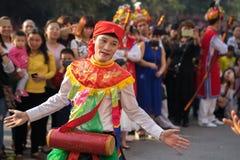 Hanoi, Vietnam - 5. Februar 2017: Männer mit dem Frauenkleid, das den alten Tanz genannt Betrüger Di Danh Bong - Prostituiertschl lizenzfreies stockbild