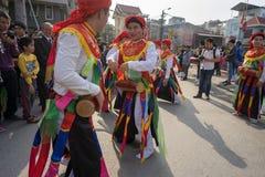 Hanoi, Vietnam - 5. Februar 2017: Männer mit dem Frauenkleid, das den alten Tanz genannt Betrüger Di Danh Bong - Prostituiertschl lizenzfreie stockbilder