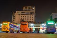 Hanoi, Vietnam - 12 Februari, 2016: De bussen op rij in Mijn Dinh trainen post, grootste in het kapitaal van Hanoi royalty-vrije stock afbeeldingen