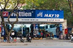 Hanoi Vietnam - Februari 8, 2015: Den främre yttre sikten av Viet Tien och Maj 10 mode shoppar Viettien och May10 är den välkända Arkivfoto