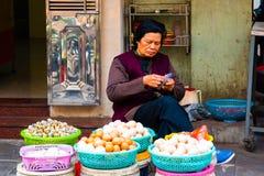 HANOI, VIETNAM - 13 Februari, 2018: Een vrouwen verkopende eieren bij een Oude straatmarkt in Hanoi, Vietnam royalty-vrije stock afbeeldingen
