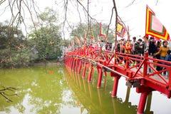 13 hanoi/vietnam-februari: Niet geïdentificeerde toeristen die Rode Brug bezoeken Royalty-vrije Stock Afbeelding