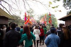 13 hanoi/vietnam-februari: Niet geïdentificeerde toeristen die Rode Brug bezoeken Royalty-vrije Stock Fotografie