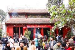 13 hanoi/vietnam-februari: Niet geïdentificeerde toeristen die Rode Brug bezoeken Stock Afbeeldingen