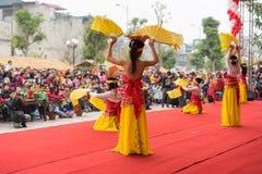 Hanoi Vietnam - Februari 7, 2015: Skolaelever utför en dans på etapp på den vietnamesiska mån- festivalen för det nya året som or Arkivbild