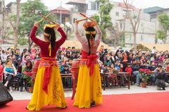 Hanoi Vietnam - Februari 7, 2015: Skolaelever utför en dans på etapp på den vietnamesiska mån- festivalen för det nya året som or Royaltyfria Foton