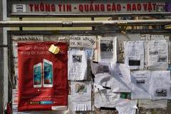 Hanoi, Vietnam - 28 Februari, 2016: Slordige reclamedocumenten aan boord in de straat van Hanoi Stock Afbeelding
