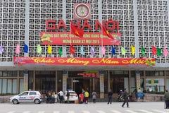 Hanoi, Vietnam - 15 Februari, 2015: Voor buitenmening van de spoorwegenstation van Hanoi op de straat van Le Duan, met banner Gel Royalty-vrije Stock Foto