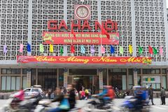 Hanoi, Vietnam - 15 Februari, 2015: Voor buitenmening van de spoorwegenstation van Hanoi op de straat van Le Duan, met banner Gel Stock Foto