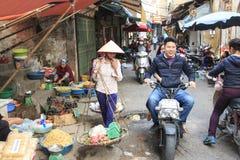 Hanoi, Vietnam: 21 februari, 2016: Vrouwen verkopende vruchten in een straatmarkt van Hoàn KiẠ¿ m, het oude kwart van Hanoi Royalty-vrije Stock Foto's