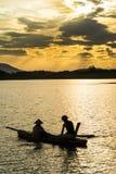 Hanoi, Vietnam - 12 giugno 2016: Lago dong Mo con una coppia di pescatori che pescano pesce dalla trappola netta nel bello period Fotografie Stock Libere da Diritti