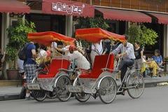 Hanoi, Vietnam: Het leven in Vietnam Cyclo naast Zwaardmeer in Hanoi, Vietnam Cyclo is het toeristen` s farvourite voertuig royalty-vrije stock fotografie