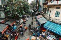 Hanoi, Vietnam, 12 20 18: Het leven in de straat in Hanoi Gek verkeer in Hanoi zonder regels op de straat royalty-vrije stock foto's