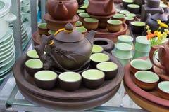 Hanoi, Vietnam - 25. Januar 2015: Tonwarenprodukte auf einem Shop in altem keramischem Dorf Schläger Trang Schläger Trang-Dorf is Stockfotografie
