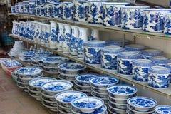 Hanoi, Vietnam - 25. Januar 2015: Tonwarenprodukte auf einem Shop in altem keramischem Dorf Schläger Trang Schläger Trang-Dorf is Lizenzfreies Stockfoto