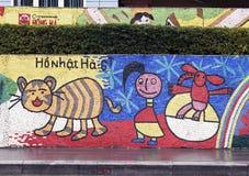 Hanoi VIETNAM - JANUARI 12, 2015 - keramisk mosaikväggmålning i Hanoi fotografering för bildbyråer