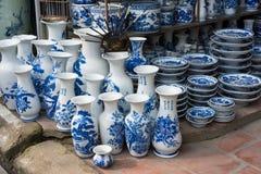 Hanoi Vietnam - Januari 25, 2015: Krukmakeriprodukter på en shoppa i slagträTrang den forntida keramiska byn Den slagträTrang byn Arkivfoto