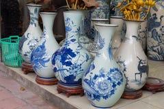 Hanoi Vietnam - Januari 25, 2015: Krukmakeriprodukter på en shoppa i slagträTrang den forntida keramiska byn Den slagträTrang byn Arkivbild