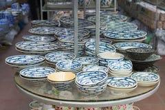 Hanoi Vietnam - Januari 25, 2015: Krukmakeriprodukter på en shoppa i slagträTrang den forntida keramiska byn Den slagträTrang byn Royaltyfri Bild