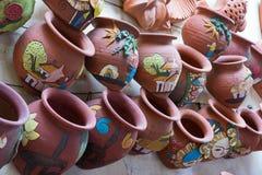 Hanoi Vietnam - Januari 25, 2015: Krukmakeriprodukter på en shoppa i slagträTrang den forntida keramiska byn Den slagträTrang byn Royaltyfri Foto