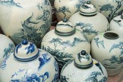 Hanoi Vietnam - Januari 25, 2015: Krukmakeriprodukter på en shoppa i slagträTrang den forntida keramiska byn Den slagträTrang byn Arkivbilder