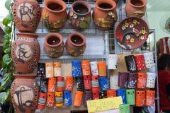 Hanoi Vietnam - Januari 25, 2015: Krukmakeriprodukter på en shoppa i slagträTrang den forntida keramiska byn Den slagträTrang byn Fotografering för Bildbyråer