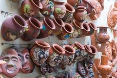 Hanoi Vietnam - Januari 25, 2015: Krukmakeriprodukter på en shoppa i slagträTrang den forntida keramiska byn Den slagträTrang byn Arkivfoton