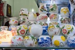 Hanoi Vietnam - Januari 25, 2015: Krukmakeriprodukter på en shoppa i slagträTrang den forntida keramiska byn Den slagträTrang byn Royaltyfri Fotografi