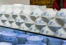 Hanoi Vietnam - Januari 25, 2015: Krukmakeriprodukter på en shoppa i slagträTrang den forntida keramiska byn Den slagträTrang byn Royaltyfria Foton