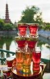 Hanoi, Vietnam - 3. Juli 2015: Asiatische Buddhismuskerze für Verkauf an Tran Quoc-Tempel Der Turm auf Hintergrund Lizenzfreie Stockbilder