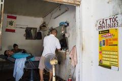 Hanoi Vietnam - Juli 17, 2016: Barberaren shoppar på Duong Lam den forntida byn, det sonTay området Royaltyfri Foto