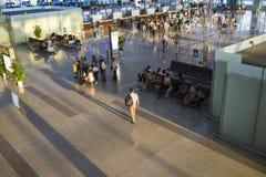 Hanoi, Vietnam - 12. Juli 2015: Breite Ansicht von Hall von Noi Bai International Airport, der größte Flughafen in Nord-Vietnam,  Lizenzfreies Stockfoto
