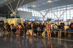Hanoi, Vietnam - 12. Juli 2015: Gedrängte Leute, die am Abfertigungsbereich bei Noi Bai International Airport, der größte Flughaf Lizenzfreies Stockbild