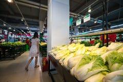 Hanoi Vietnam - Juli 10, 2017: Grönsaker och frukter på hylla i den Vinmart supermarket, Minh Khai gata Arkivfoton