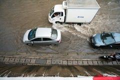 Hanoi, Vietnam - 17. Juli 2017: Handeln Sie auf überschwemmter Minh Khai-Straße nach starkem Regen mit Autos, die Motorräder, die Lizenzfreies Stockfoto