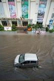 Hanoi, Vietnam - 17. Juli 2017: Handeln Sie auf überschwemmter Minh Khai-Straße nach starkem Regen mit Autos, die Motorräder, die Stockfoto