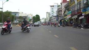 Hanoi, Vietnam - Juli 2018: Leute, die auf Motorräder und Autos auf Stadtstraße fahren Straßenverkehr in der modernen asiatischen stock video