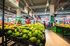 Hanoi Vietnam - Juli 10, 2017: Nya frukter på hylla i den Vinmart supermarket, Minh Khai gata Royaltyfri Fotografi